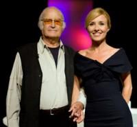 El decorador Gil Parrondo con Cayetana Guillén Cuervo, presentadora de 'Versión Española'