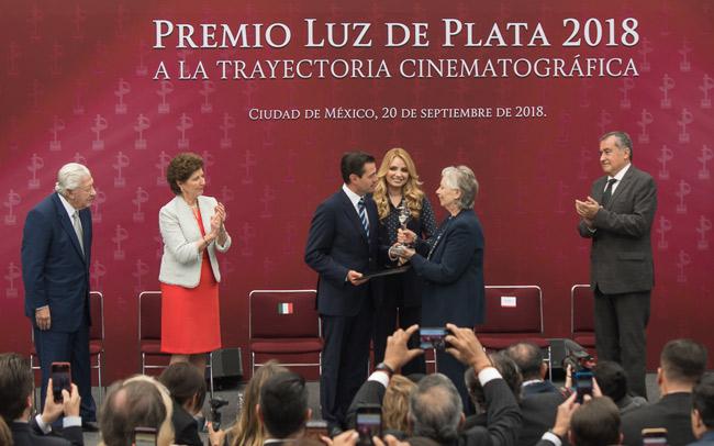 La productora Bertha Navarro y el actor Ignacio López Tarso, los primeros premios Luz de Plata otorgados por México para conmemorar su patrimonio cinematográfico